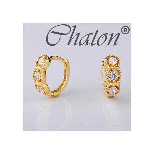 Kolczyki złote z cyrkoniami, delikatne przy uchu